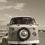 Volkswagen mikrobus w szarościach